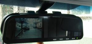 Дисплей вграден в огледало за обратно виждане на автомобил показващ изображение от безжична камера монтирана в задната част на колата